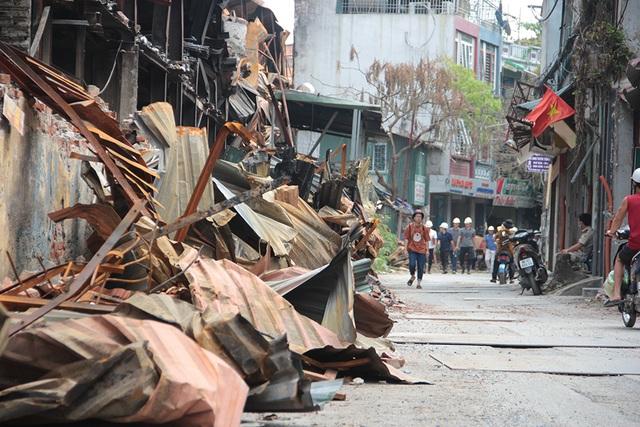 Vụ cháy Công ty Rạng Đông: Hiện trường vẫn ngổn ngang vật liệu nguy hiểm - 3