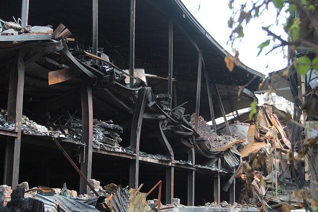 Vụ cháy Công ty Rạng Đông: Hiện trường vẫn ngổn ngang vật liệu nguy hiểm - 5