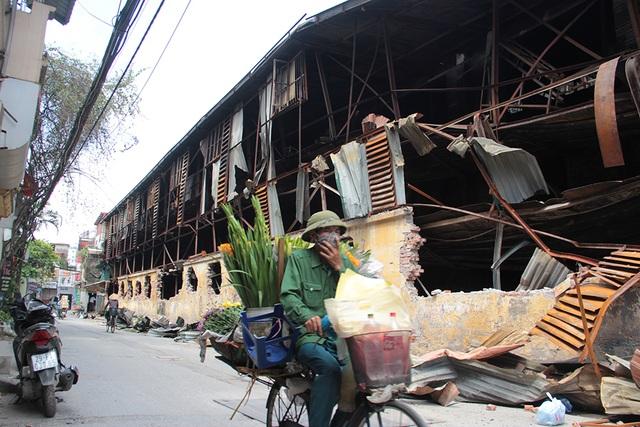 Vụ cháy Công ty Rạng Đông: Hiện trường vẫn ngổn ngang vật liệu nguy hiểm - 1