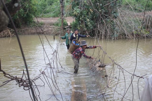 Vượt cầu mưu sinh, người dân quăng mình xuống suối làm mồi cho hà bá - 4