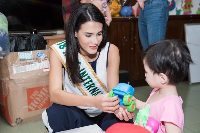 Hoa hậu Quốc tế Mariem Velazco mang Trung thu đến với trẻ em tàn tật - 4