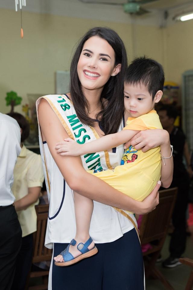 Hoa hậu Quốc tế Mariem Velazco mang Trung thu đến với trẻ em tàn tật - 8