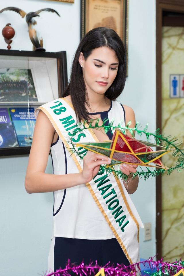 Hoa hậu Quốc tế Mariem Velazco mang Trung thu đến với trẻ em tàn tật - 2
