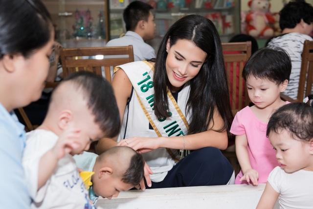 Hoa hậu Quốc tế Mariem Velazco mang Trung thu đến với trẻ em tàn tật - 9