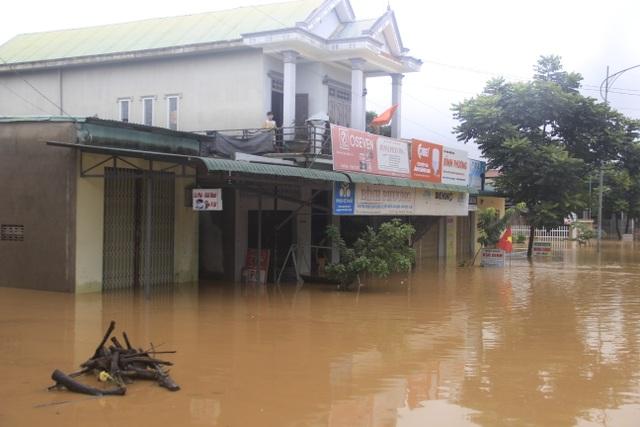 Miền Trung mênh mông nước lũ, hàng trăm ngôi nhà ngập đến tận nóc - 5