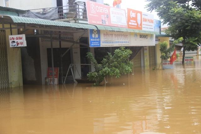Miền Trung mênh mông nước lũ, hàng trăm ngôi nhà ngập đến tận nóc - 10