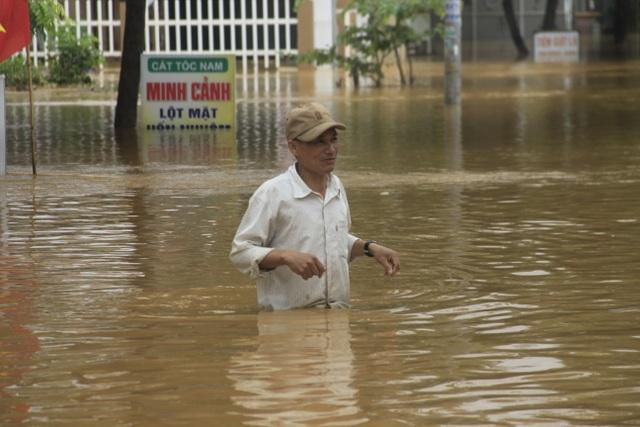 Miền Trung mênh mông nước lũ, hàng trăm ngôi nhà ngập đến tận nóc - 3