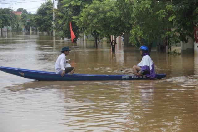 Miền Trung mênh mông nước lũ, hàng trăm ngôi nhà ngập đến tận nóc - 11