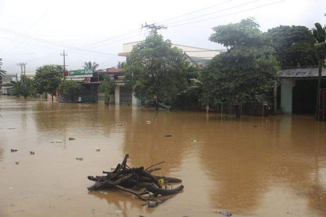 Miền Trung mênh mông nước lũ, hàng trăm ngôi nhà ngập đến tận nóc - 12