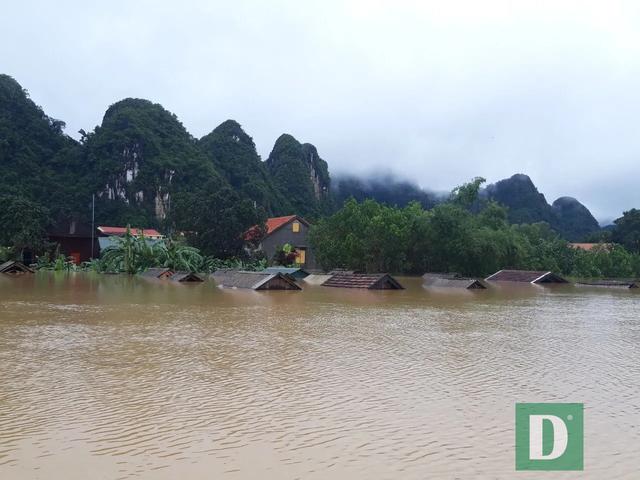 Miền Trung mênh mông nước lũ, hàng trăm ngôi nhà ngập đến tận nóc - 26
