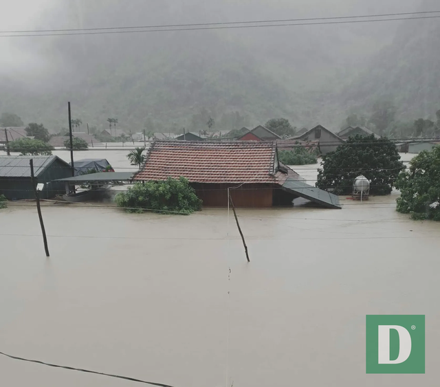 Miền Trung mênh mông nước lũ, hàng trăm ngôi nhà ngập đến tận nóc - 27