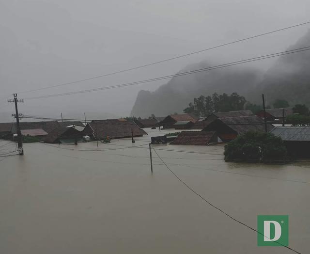 Miền Trung mênh mông nước lũ, hàng trăm ngôi nhà ngập đến tận nóc - 29