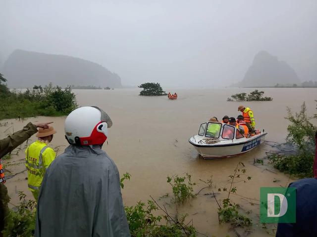 Miền Trung mênh mông nước lũ, hàng trăm ngôi nhà ngập đến tận nóc - 31