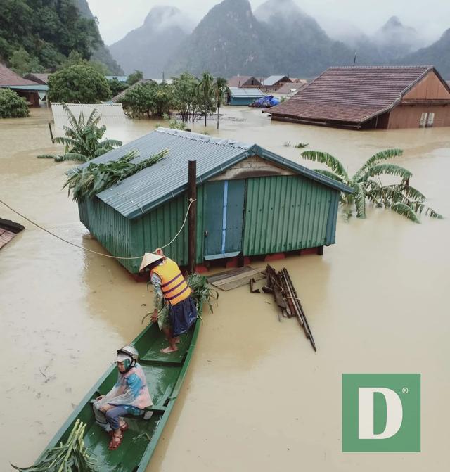 Miền Trung mênh mông nước lũ, hàng trăm ngôi nhà ngập đến tận nóc - 19