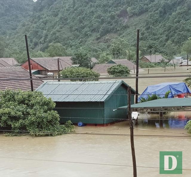 Miền Trung mênh mông nước lũ, hàng trăm ngôi nhà ngập đến tận nóc - 24