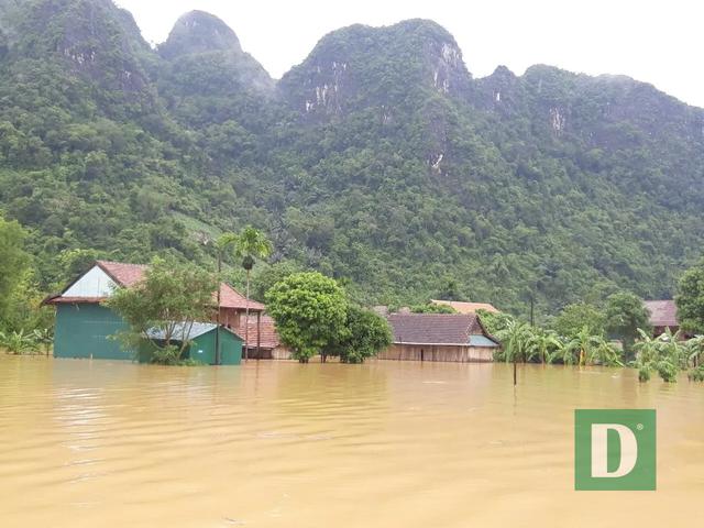 Miền Trung mênh mông nước lũ, hàng trăm ngôi nhà ngập đến tận nóc - 25