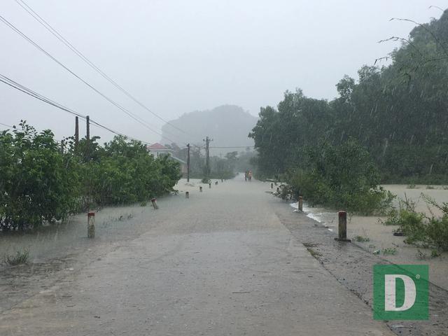 Nước lũ lên nhanh gây ngập, chia cắt nhiều nơi tại Quảng Bình - 1