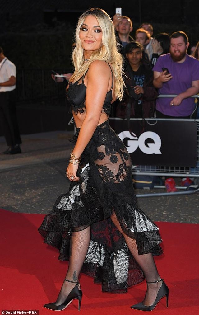 Rita Ora khoe ngực ngoại cỡ với váy đen táo bạo - 5