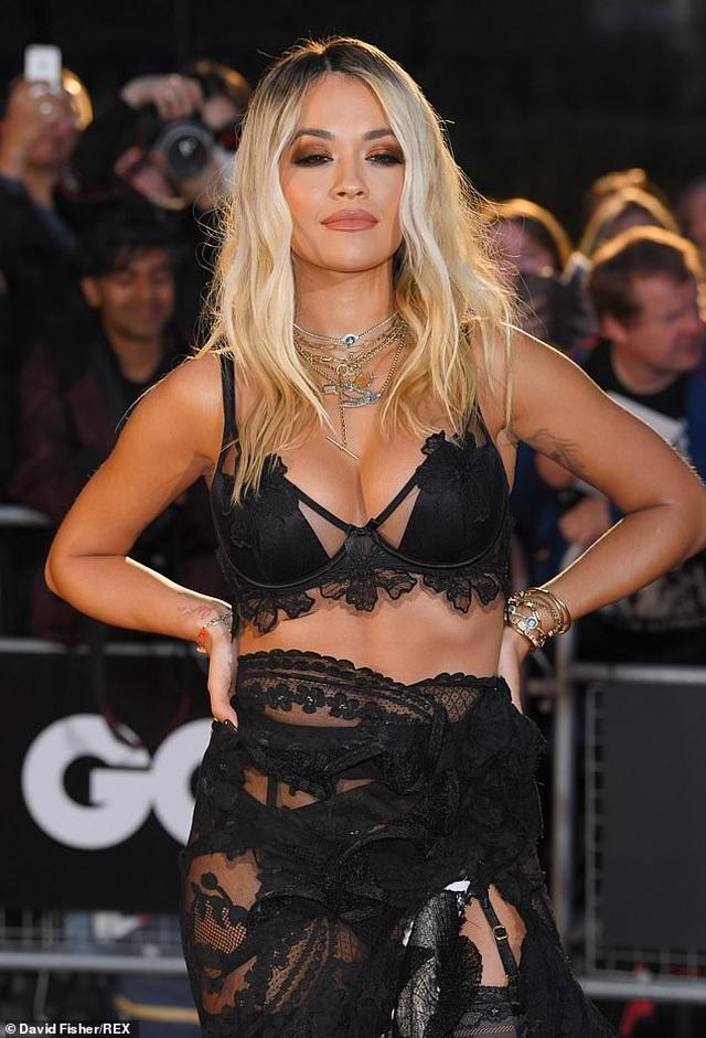 Rita Ora khoe ngực ngoại cỡ với váy đen táo bạo - 4