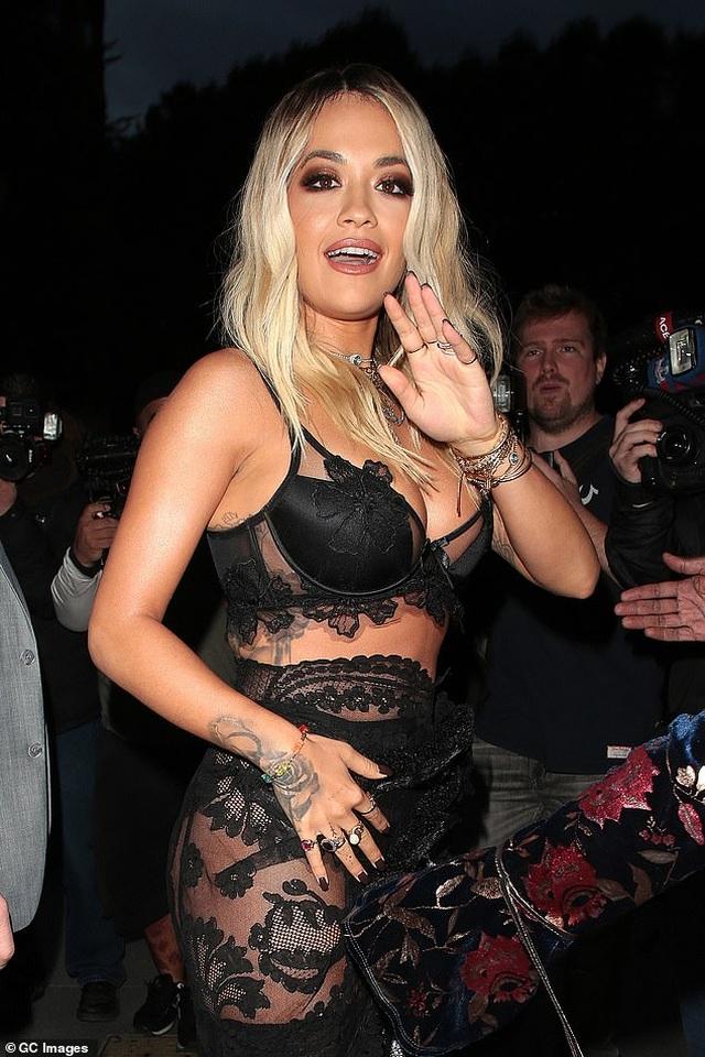 Rita Ora khoe ngực ngoại cỡ với váy đen táo bạo - 3