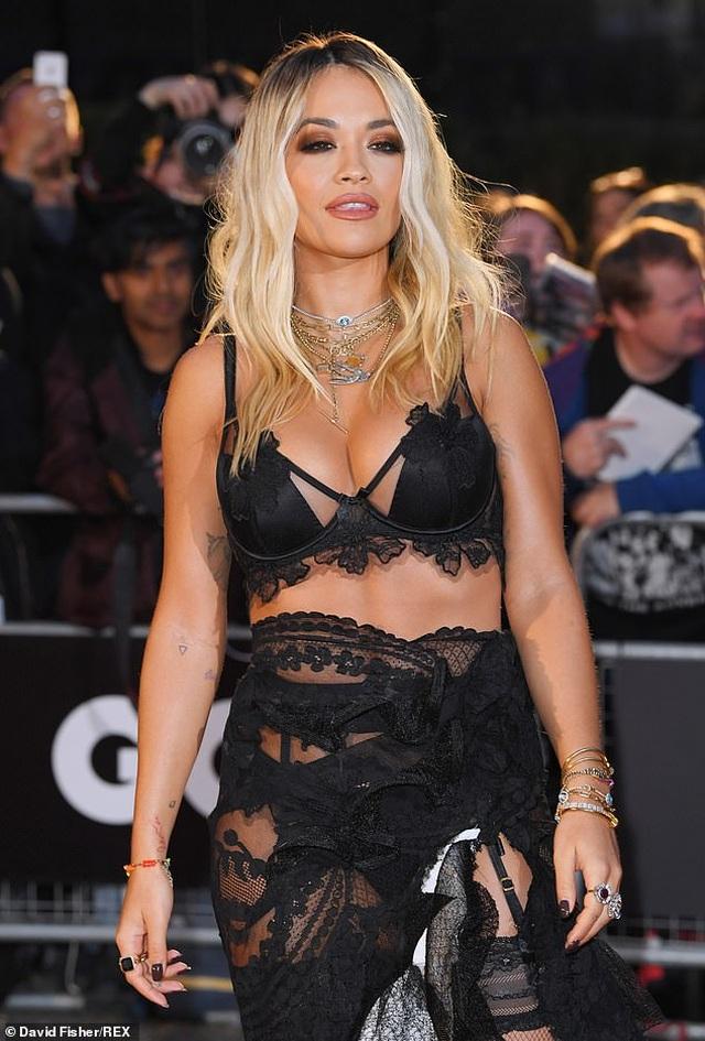 Rita Ora khoe ngực ngoại cỡ với váy đen táo bạo - 7