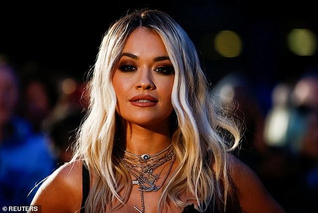 Rita Ora khoe ngực ngoại cỡ với váy đen táo bạo - 9