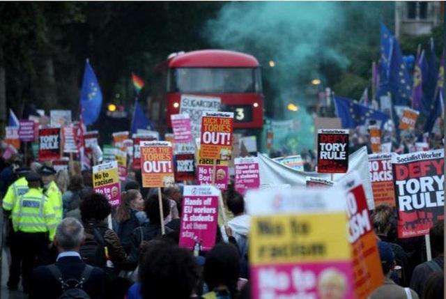 Thủ tướng Anh gặp thất bại đầu tiên, kêu gọi tổng tuyển cử - 3