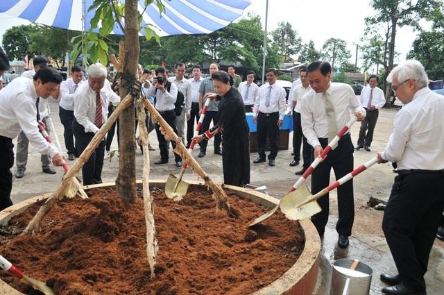 Chủ tịch Quốc hội Nguyễn Thị Kim Ngân dự khai giảng tại ngôi trường đạt chuẩn quốc gia đầu tiên ở miền Tây - 7