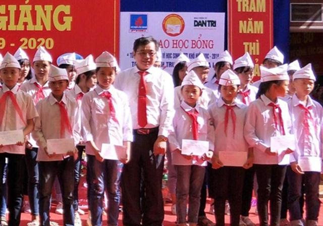 Tặng 50 triệu đồng tiền học bổng tới các em học sinh nghèo vượt khó vùng sơn cước - 1