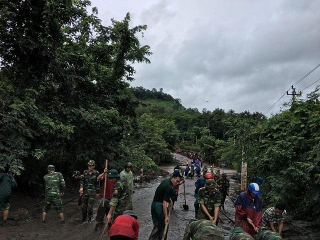 Sau mưa lũ, Bộ đội Biên phòng hối hả dọn bùn giúp dân - 5