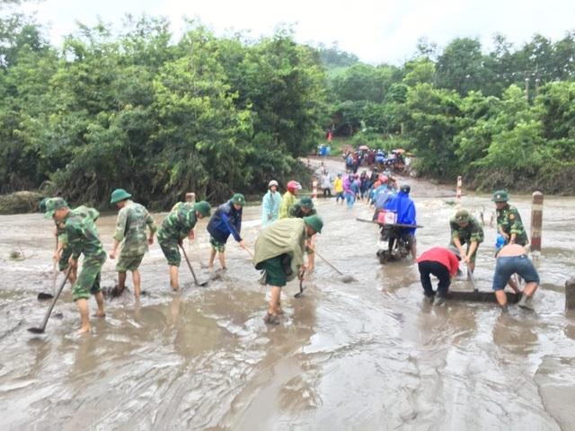 Sau mưa lũ, Bộ đội Biên phòng hối hả dọn bùn giúp dân - 8