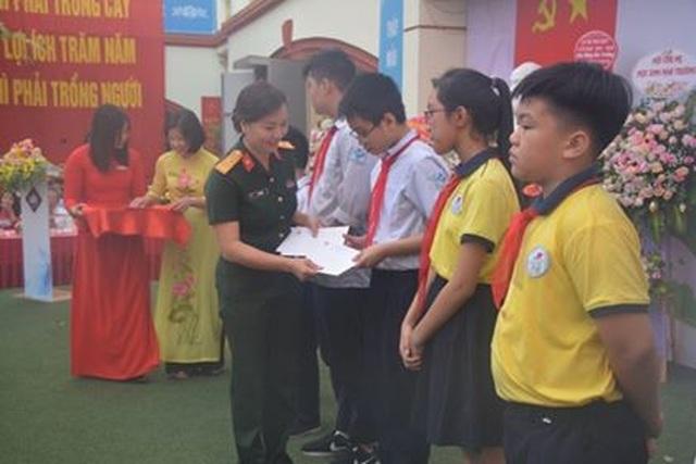 Hà Nội: 20 học sinh nghèo vượt khó vui mừng nhận học bổng trong ngày khai trường - 5