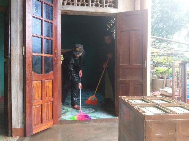 Sau mưa lũ, Bộ đội Biên phòng hối hả dọn bùn giúp dân - 7