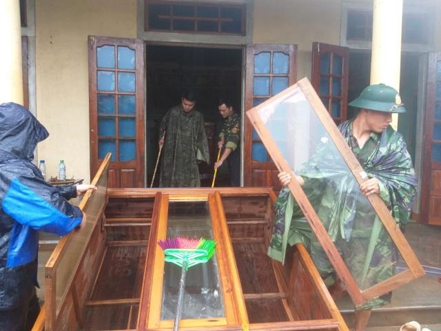 Sau mưa lũ, Bộ đội Biên phòng hối hả dọn bùn giúp dân - 6