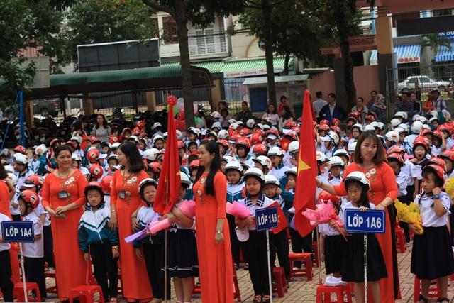Đắk Lắk: Tặng 42.000 mũ bảo hiểm cho học sinh lớp 1 ngay trong ngày khai giảng - 2