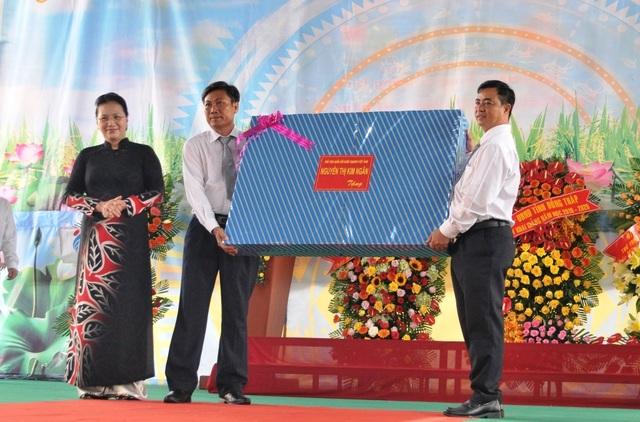 Chủ tịch Quốc hội Nguyễn Thị Kim Ngân dự khai giảng tại ngôi trường đạt chuẩn quốc gia đầu tiên ở miền Tây - 5