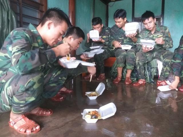 Sau mưa lũ, Bộ đội Biên phòng hối hả dọn bùn giúp dân - 9