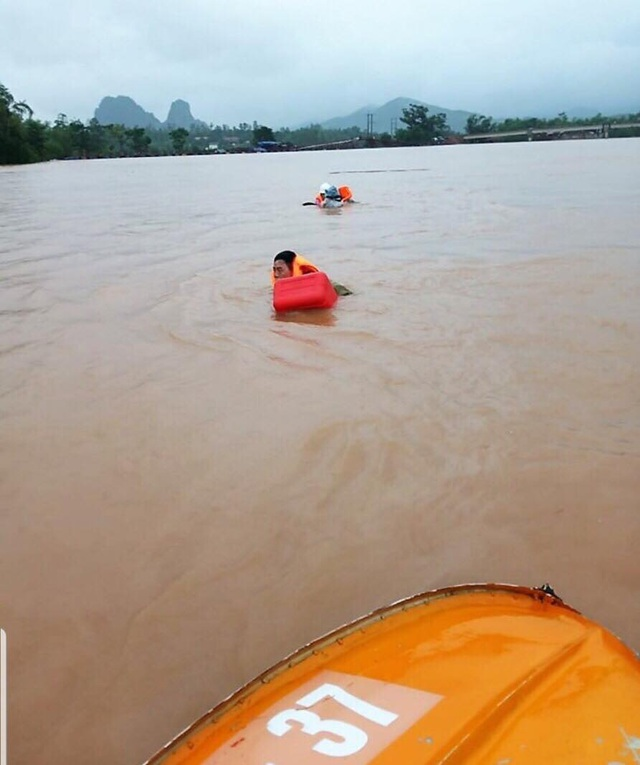 Đi thị sát vùng lũ, Phó Chủ tịch huyện cùng nhiều cán bộ bị lật thuyền trôi gần 1km - 2