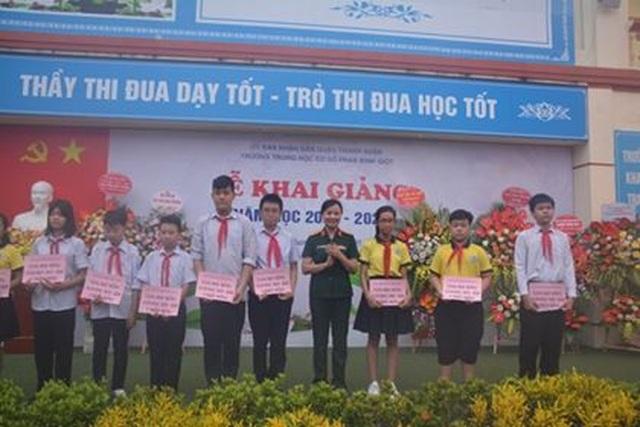 Hà Nội: 20 học sinh nghèo vượt khó vui mừng nhận học bổng trong ngày khai trường - 6