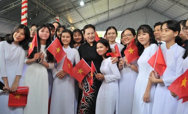 Chủ tịch Quốc hội Nguyễn Thị Kim Ngân dự khai giảng tại ngôi trường đạt chuẩn quốc gia đầu tiên ở miền Tây - 6
