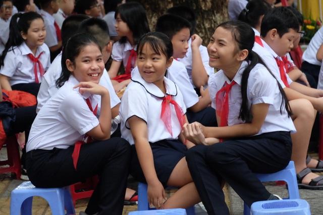 Học trò cả nước náo nức khai giảng năm học mới - 53