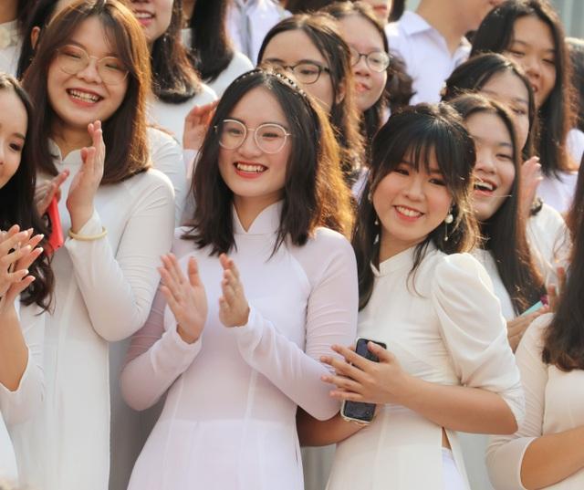 Nụ cười răng khểnh tỏa nắng của nữ sinh 10X trường Ams ngày khai giảng - 12