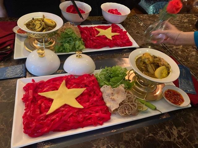 Độc đáo tô mì Quảng hình cờ đỏ sao vàng cổ vũ đội tuyển Việt Nam - 1