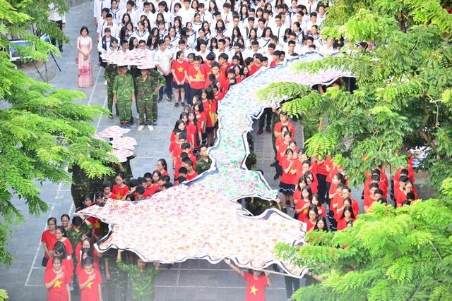 Bản đồ Việt Nam in dấu vân tay của 2.000 học sinh gây ấn tượng trong lễ khai giảng - 2