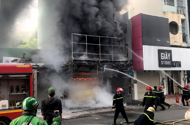 Cảnh sát cứu hai vợ chồng mắc kẹt trong ngôi nhà đang bốc cháy ngùn ngụt - 1