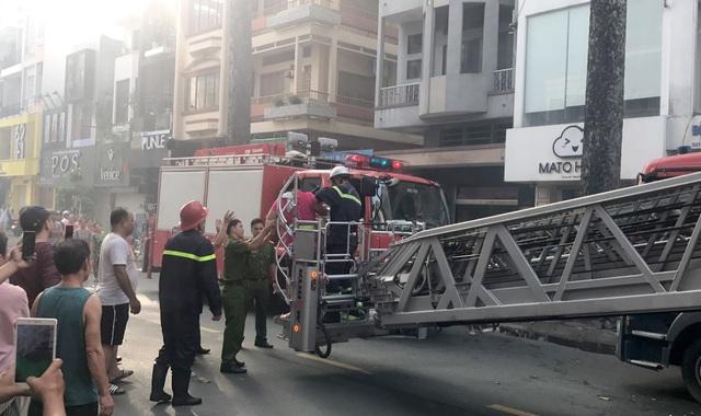 Cảnh sát cứu hai vợ chồng mắc kẹt trong ngôi nhà đang bốc cháy ngùn ngụt - 2