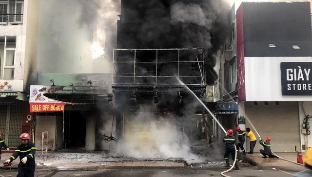 Cảnh sát cứu hai vợ chồng mắc kẹt trong ngôi nhà đang bốc cháy ngùn ngụt - 3