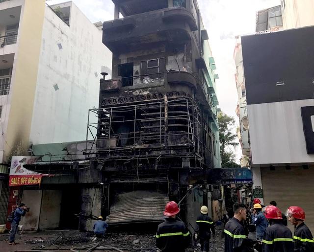 Cảnh sát cứu hai vợ chồng mắc kẹt trong ngôi nhà đang bốc cháy ngùn ngụt - 5