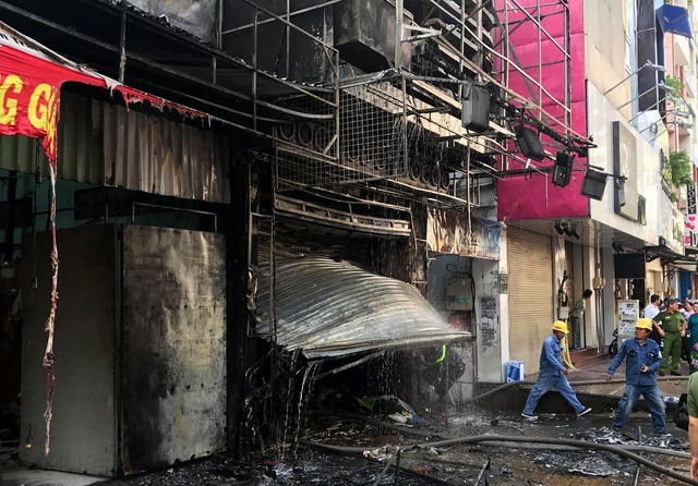 Cảnh sát cứu hai vợ chồng mắc kẹt trong ngôi nhà đang bốc cháy ngùn ngụt - 4
