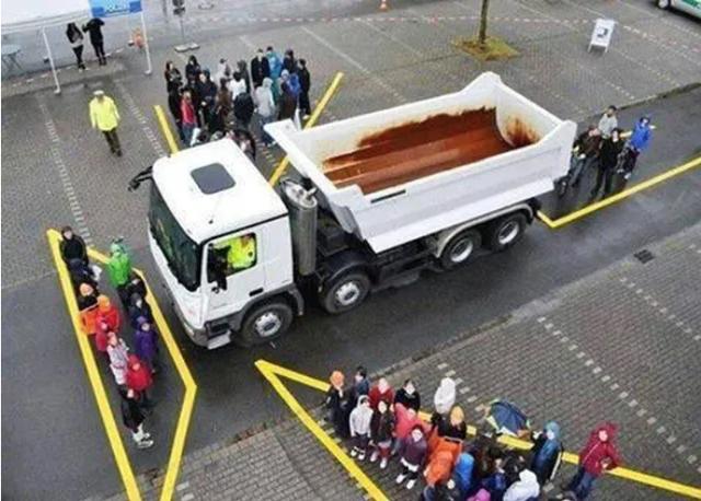 Kinh hoàng hình ảnh xe công-ten-nơ chèn lên xe máy đỗ phía trước - 1